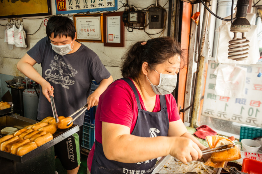 Stuffing a fried mantou in Changhua City