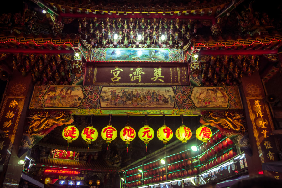 The temple inside Miaokou night market 廟口夜市