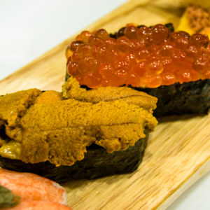 Salmon roe and uni sushi in Yonghe