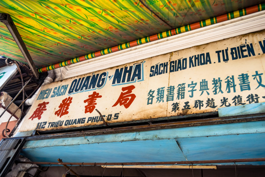 Bilingual Signs in Cholon